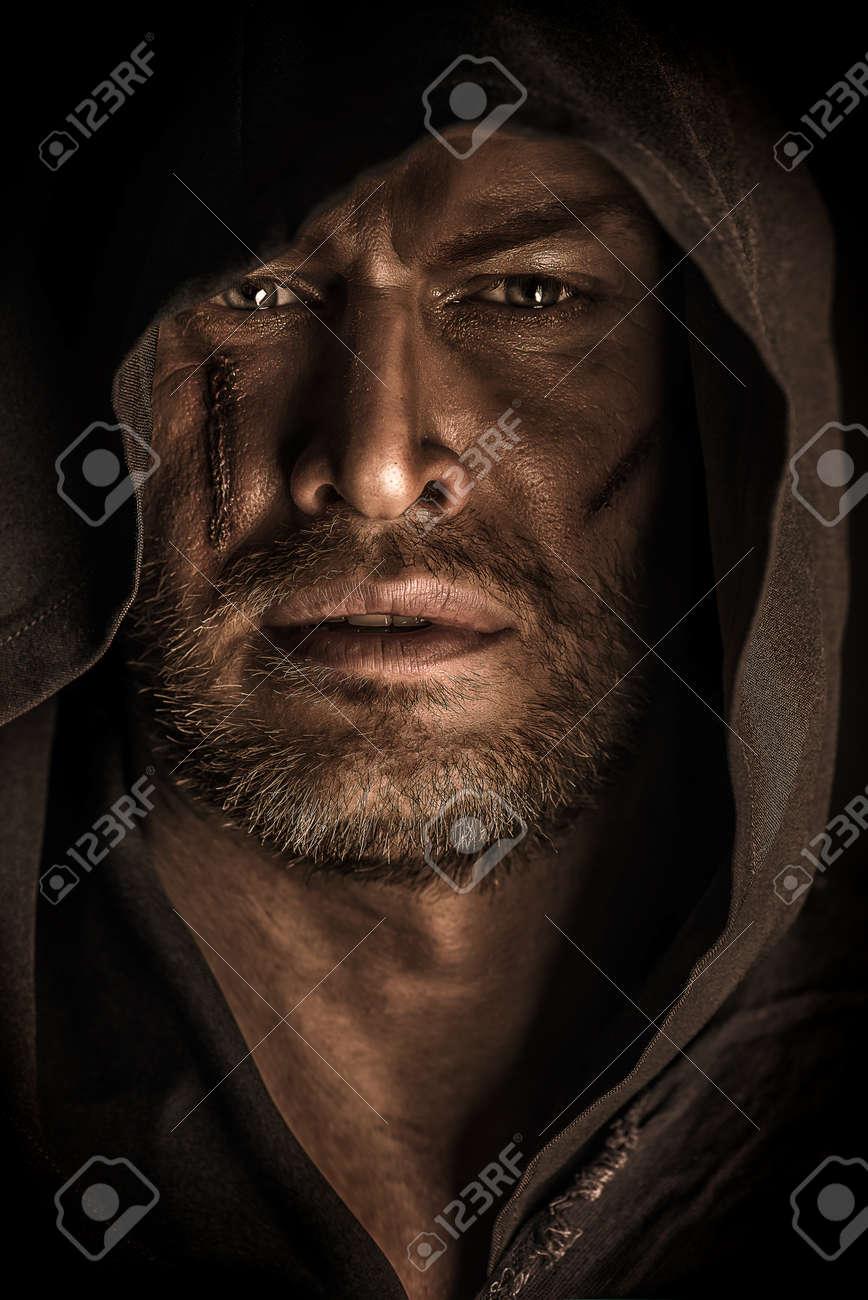 la voglio!!!!!!!! 27318101-Ritratto-di-un-vagabondo-guerriero-coraggioso-in-un-mantello-nero-Fantasy-storico-Halloween--Archivio-Fotografico