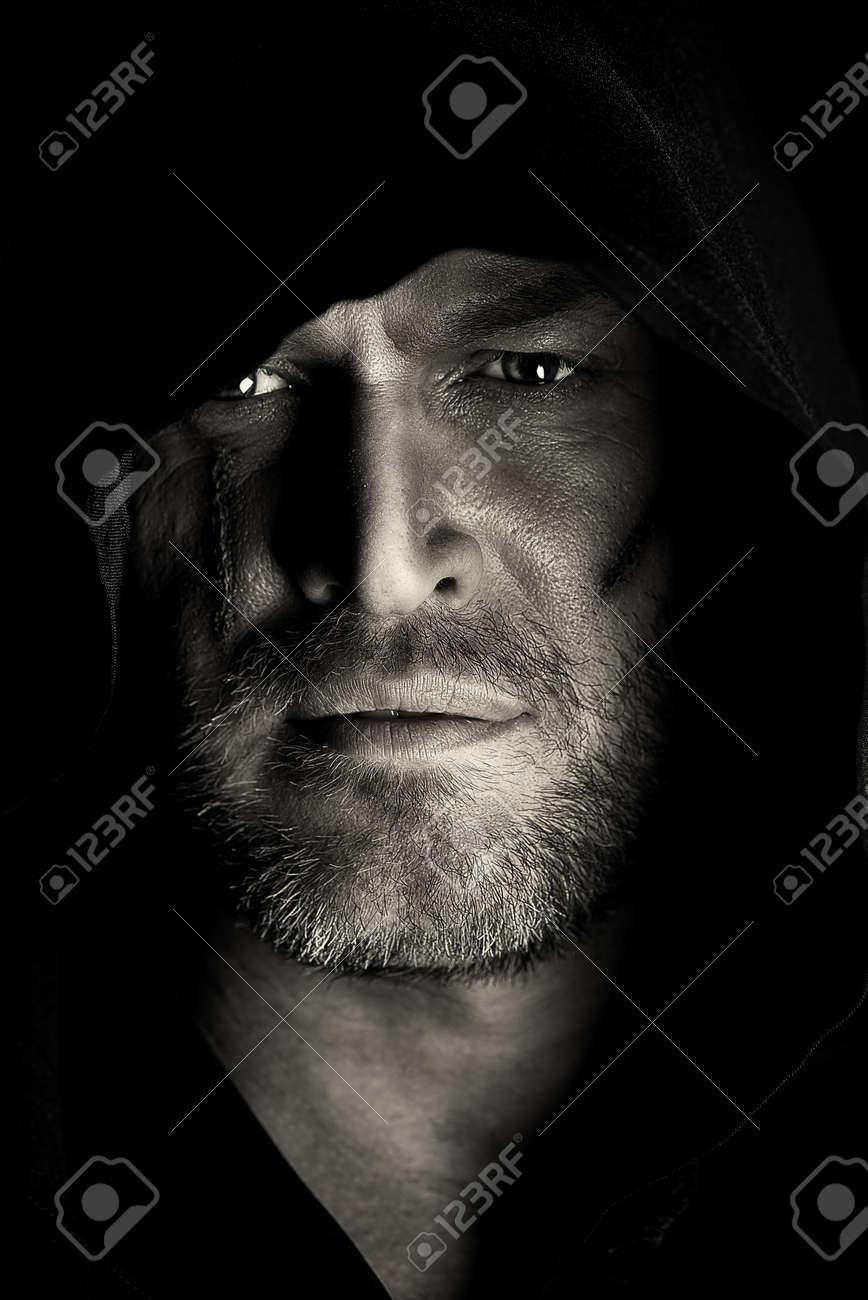 la voglio!!!!!!!! 27669914-Ritratto-di-un-vagabondo-guerriero-coraggioso-in-un-mantello-nero-Fantasy-storico-Halloween-Foto-in--Archivio-Fotografico