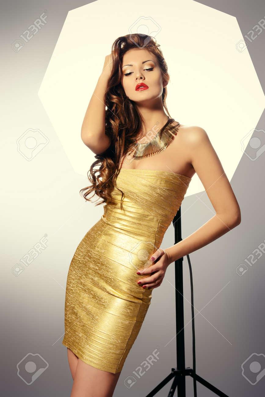 Mode Abattu D Une Jeune Femme Magnifique En Robe Doree Posant Au Studio Banque D Images Et Photos Libres De Droits Image 31148771