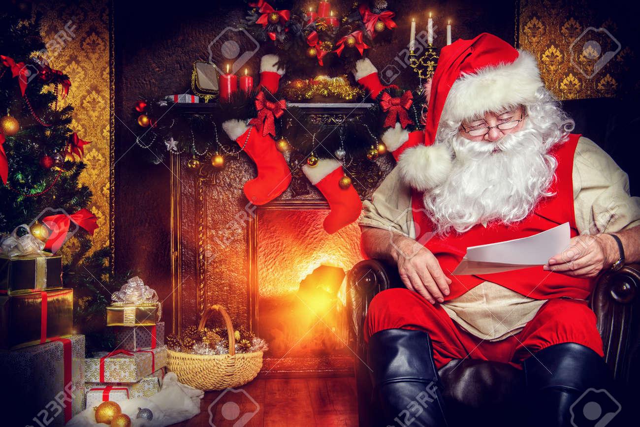 Babbo Natale A Casa Dei Bambini.Babbo Natale A Leggere Le Lettere Dei Bambini Lui E A Casa Decorato Per Natale La Posta Di Babbo Natale
