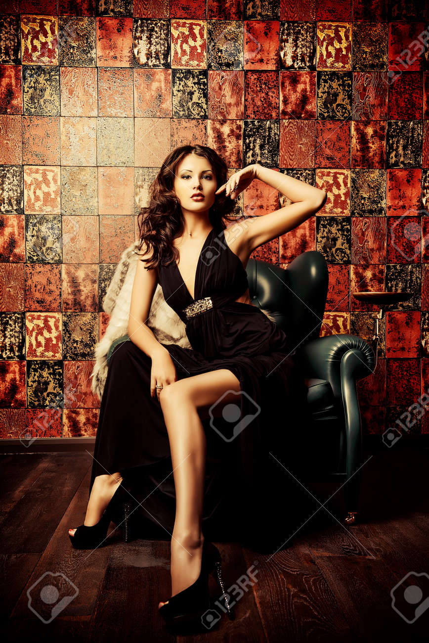 Belle Femme De Charme En Robe De Soiree Elegante Dans Un Interieur Classique Mode Glamour Banque D Images Et Photos Libres De Droits Image 34841801