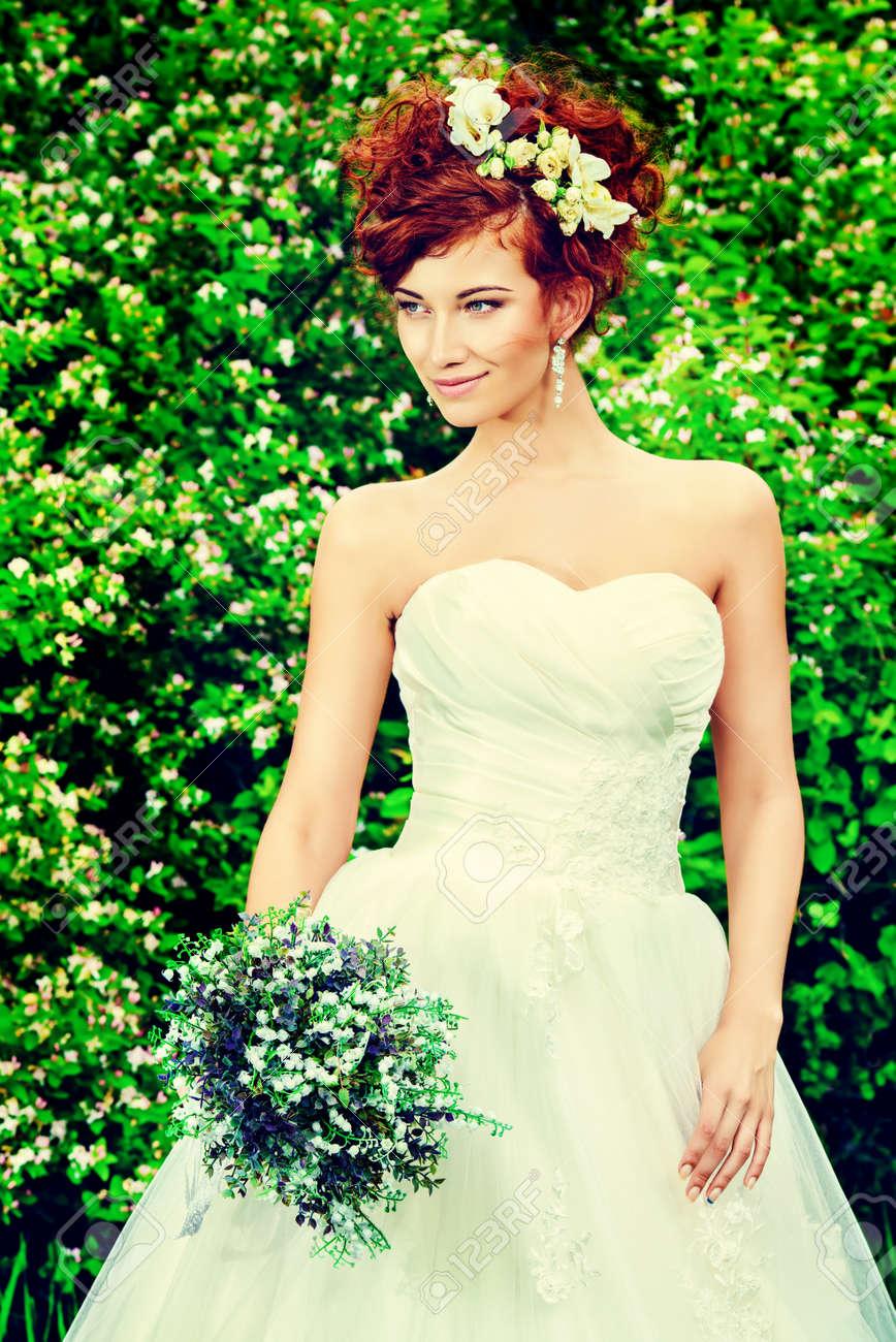 Schone Lachelnde Braut Mit Chaming Roten Haaren Hochzeitskleid Und
