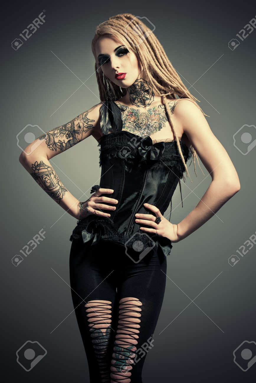 Superbe fille sexy avec maquillage noir et de longues dreadlocks. Style  gothique. Mode. Cosmétiques, coiffure. Tattoo.