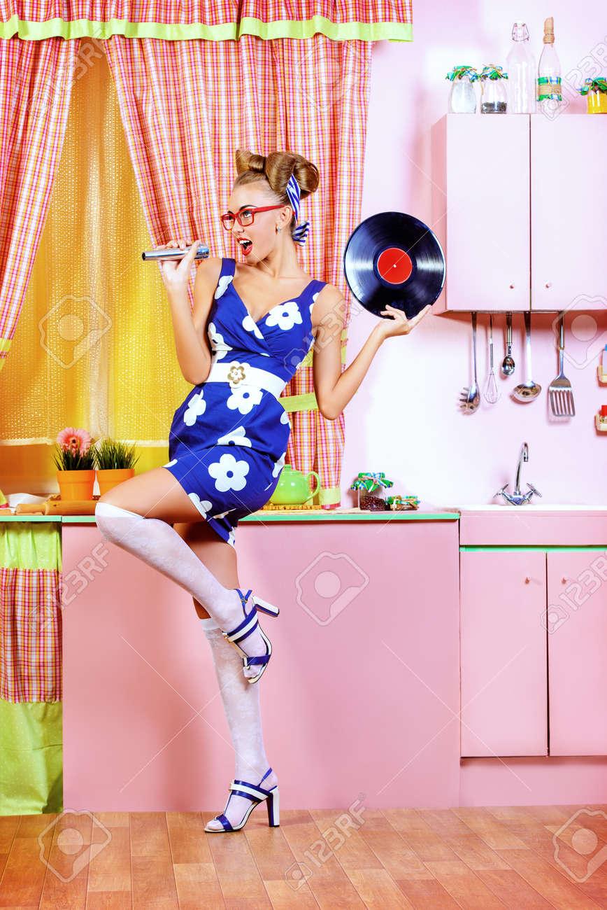 Playlist (120) - Page 2 37702372-Belle-sexy-pin-up-girl-chanter-avec-microphone-et-disque-vinyle-sur-une-cuisine-rose-Style-r-tro-Mod-Banque-d'images