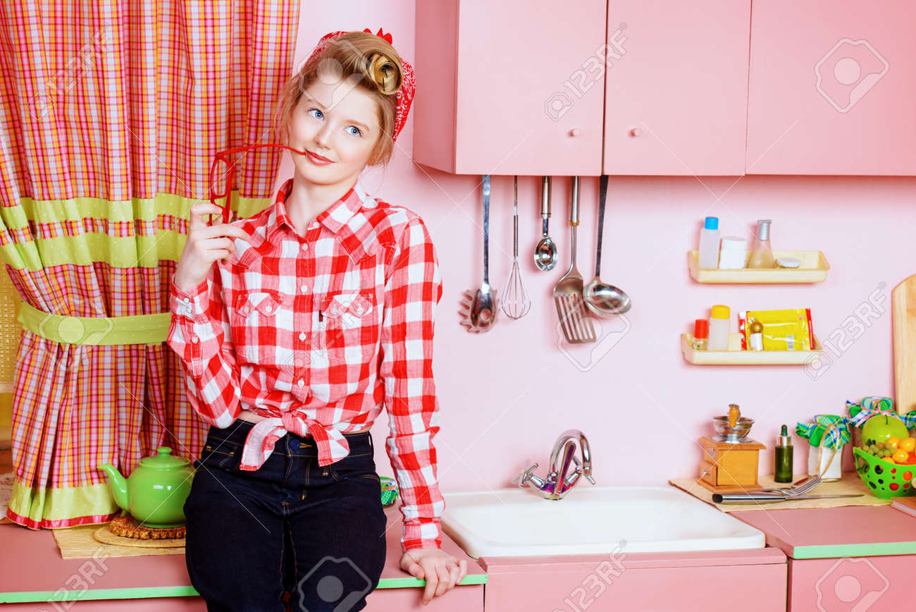 Hübsches Mädchen Teenager Tragen Kleider Und Haare In Pin-up-Stil ...