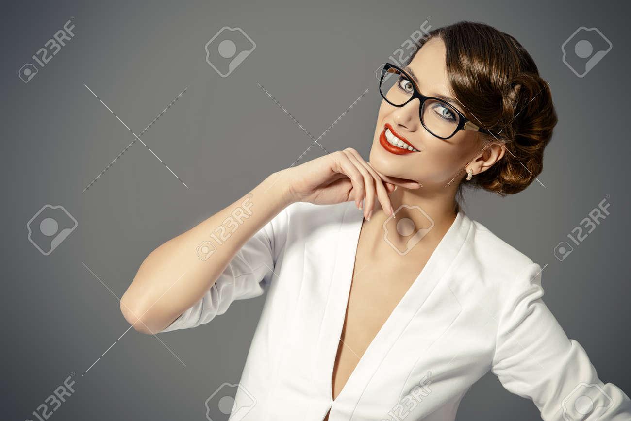 Close-up portrait d une magnifique jeune femme portant des lunettes. Beauté, c41345b13968