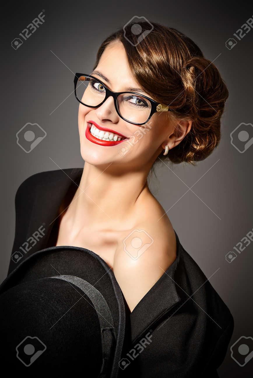 Belle femme portant des lunettes. Beauté, mode. Maquillage. Optique,  lunettes. 1be80260c00a