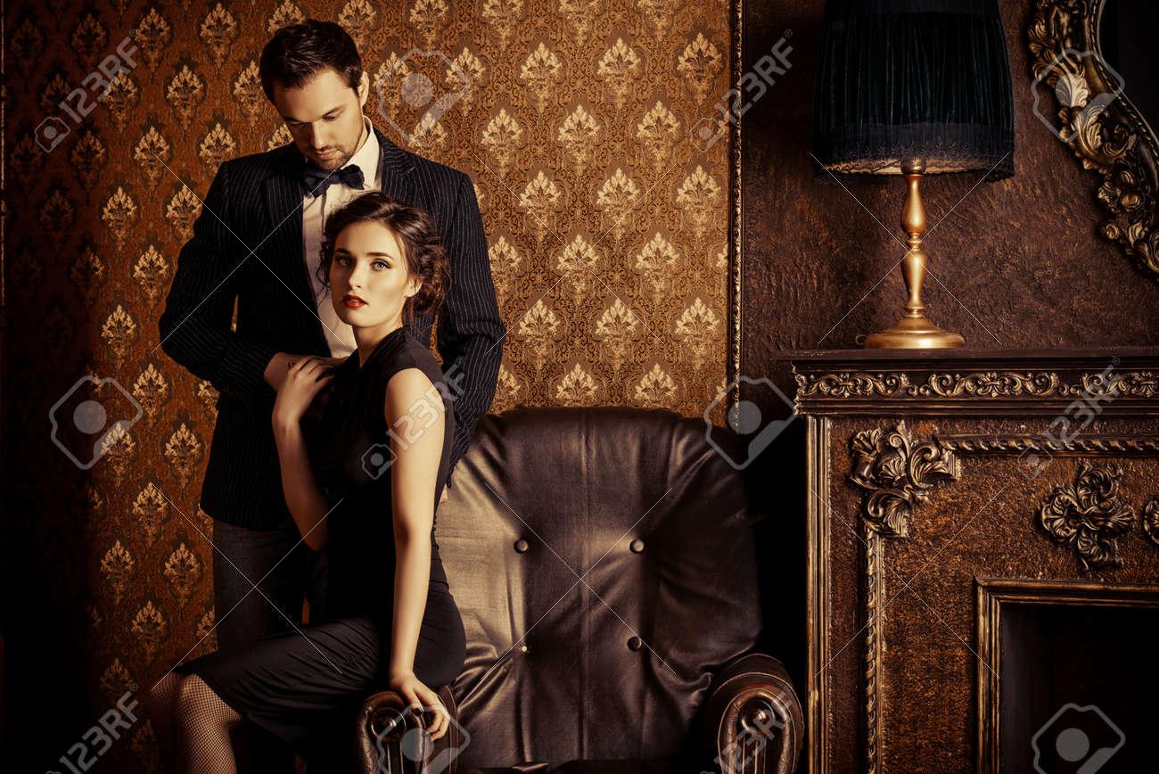 pareja elegante hermoso hombre y mujer en ropa de noche elegantes en de poca