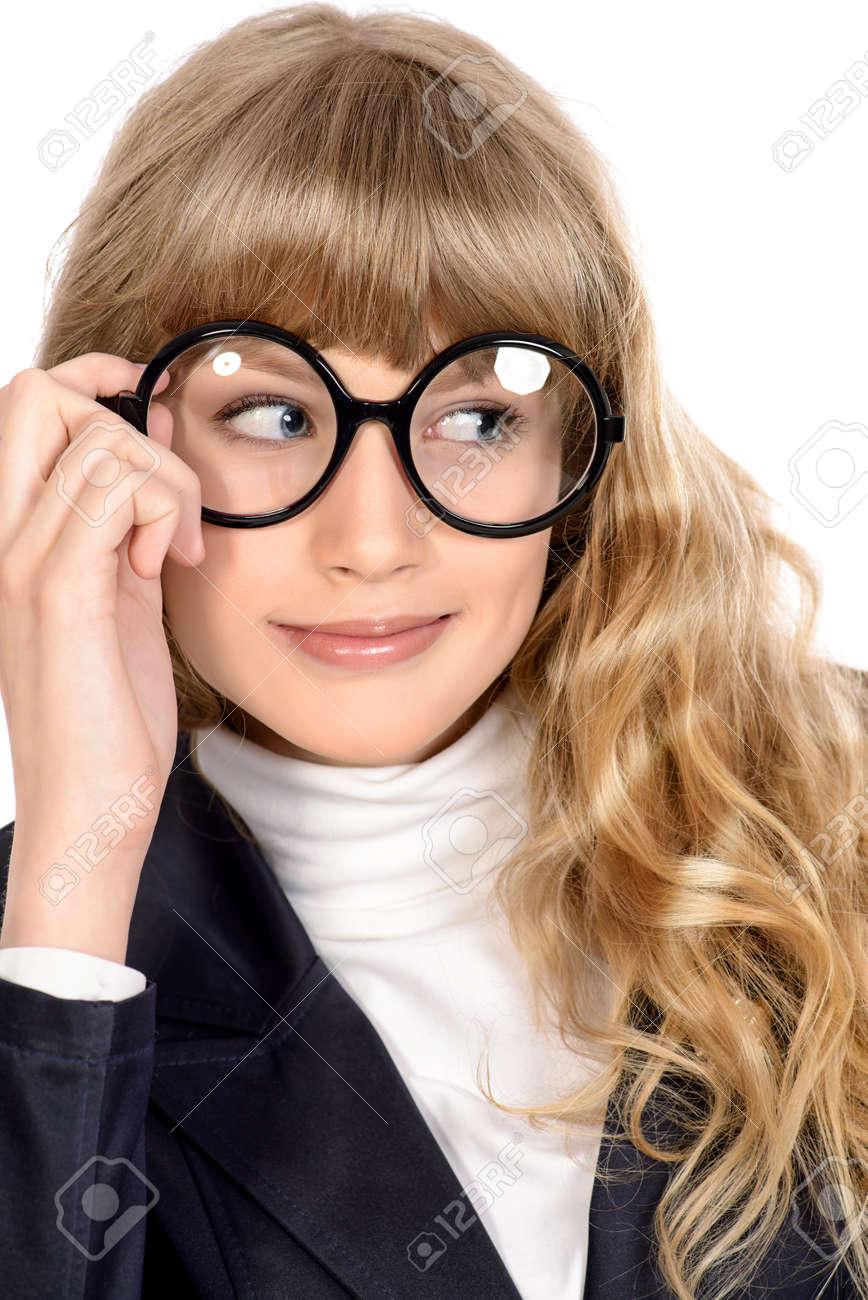 b2f47eb39d145 Banque d images - Close-up portrait d une jolie fille adolescente dans les grandes  lunettes rondes. Optique. Beauté