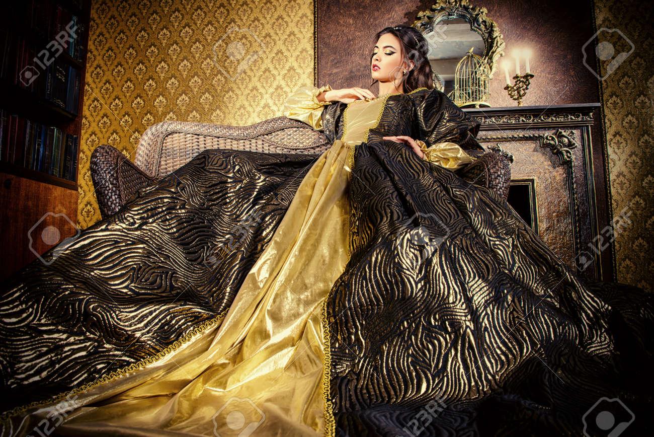 Banque d\u0027images , Style Renaissance , belle jeune femme en robe coûteuse  luxuriante dans un intérieur ancien palais. Style vintage. Mode.