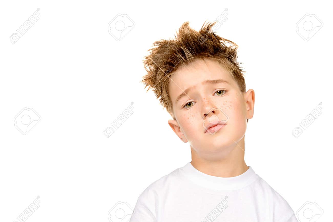ac9dc3d06e4789 Portret van een trieste vermoeide jongen in witte t-shirt kijken naar de  camera.