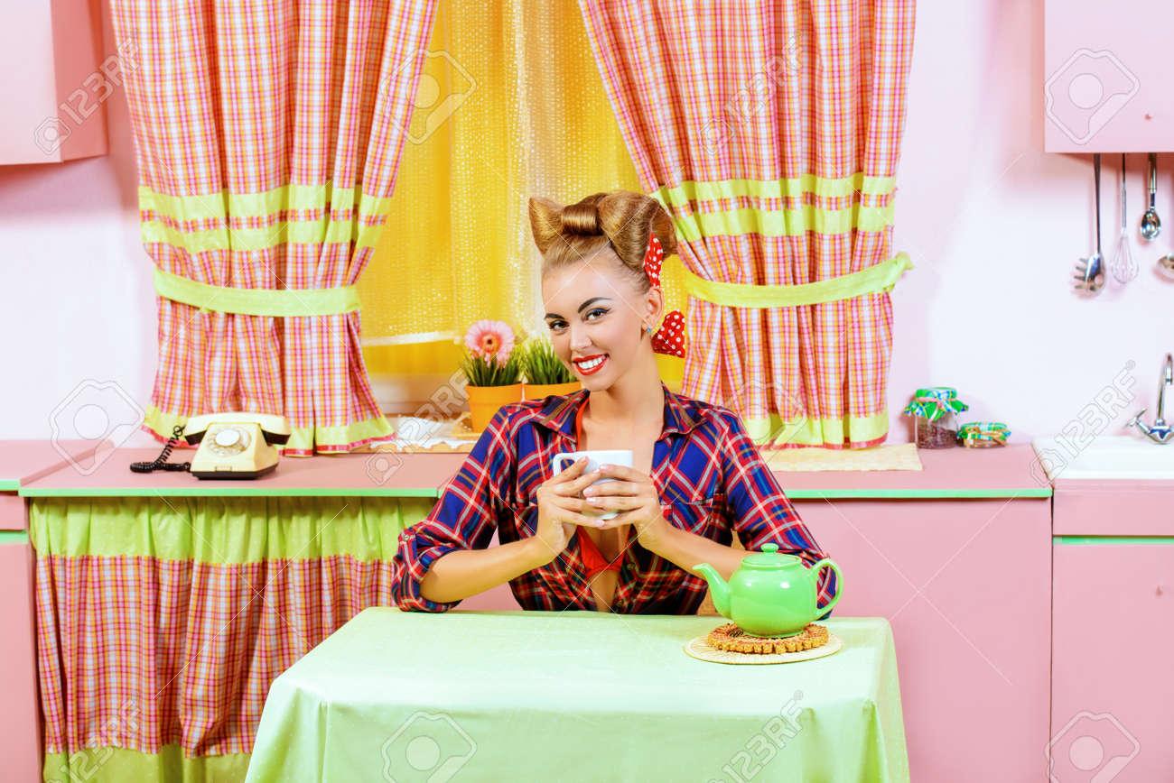 Schöne Pin-up-Mädchen Auf Einem Rosa Küche. Retro-Stil. Fashion ...