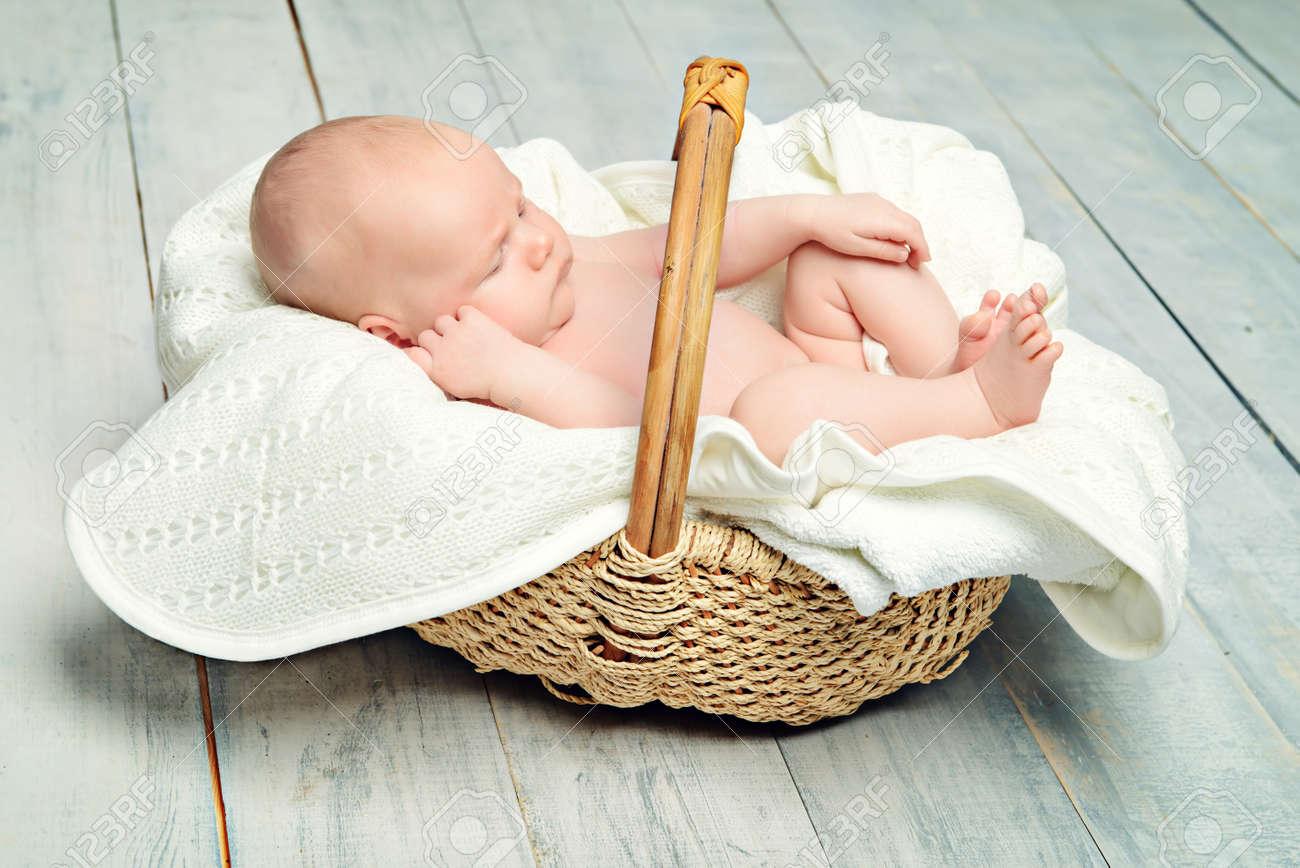 Canasta De Recien Nacido.Pequeno Bebe Recien Nacido Duerme En Una Canasta En Un Piso De Madera Blanca Estilo Provenzal