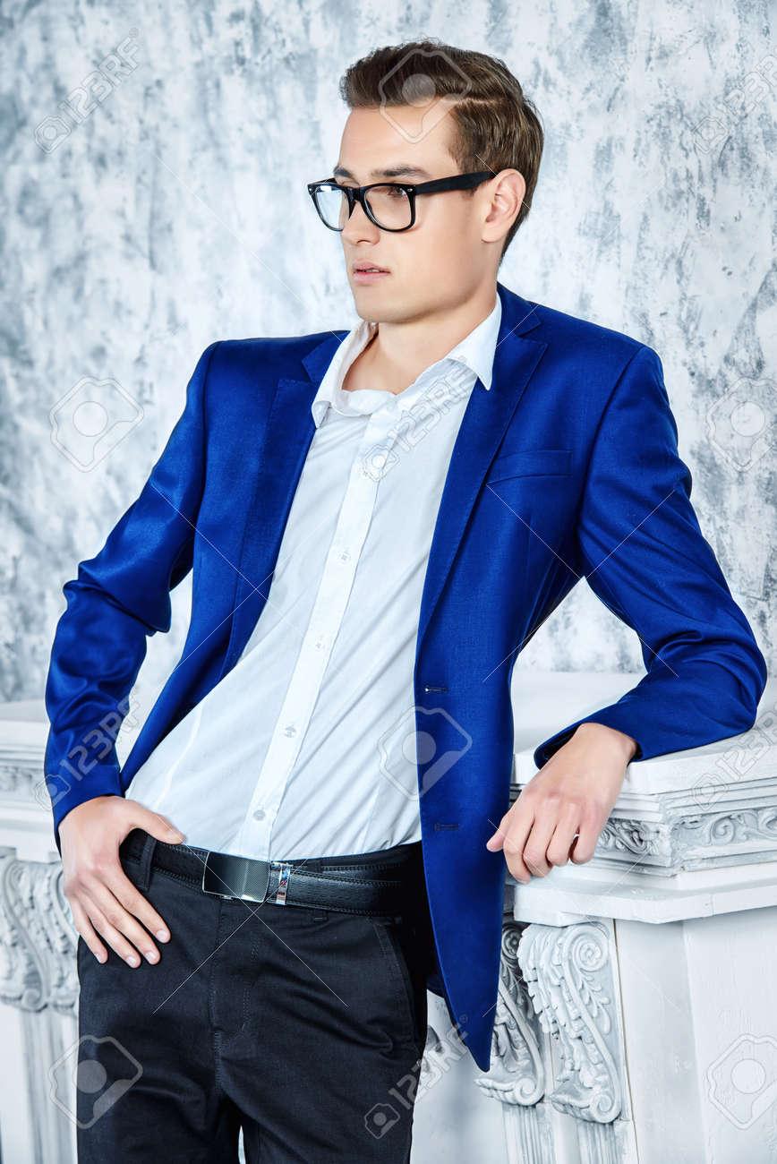 Vogue Erschossen Einer Schonen Eleganten Mann In Einem Anzug Posiert
