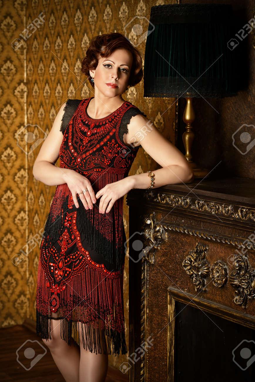 Dans Soirée En Debout Une Mûre De Femme Portrait D'une Robe Belle j4AL5R