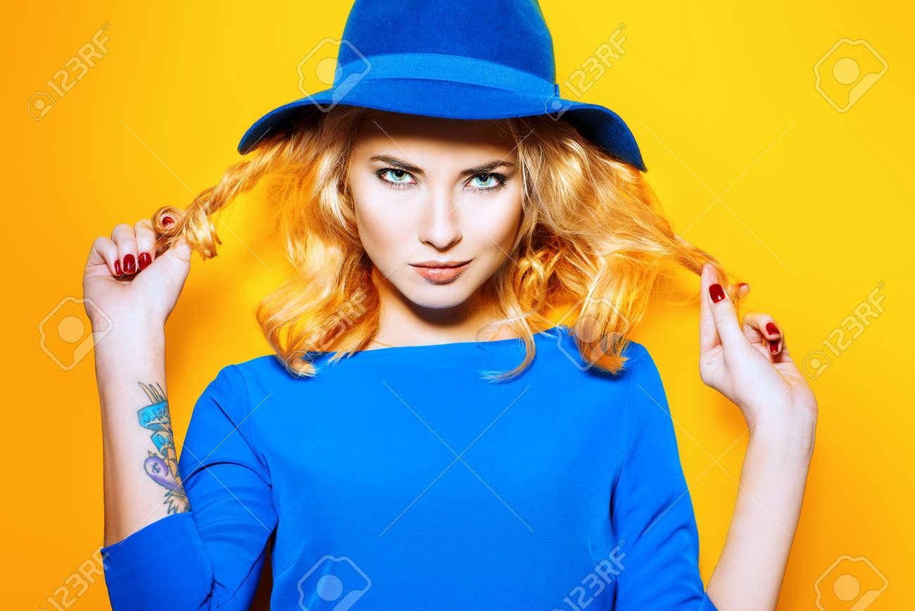 Gelbes kleid blonde haare