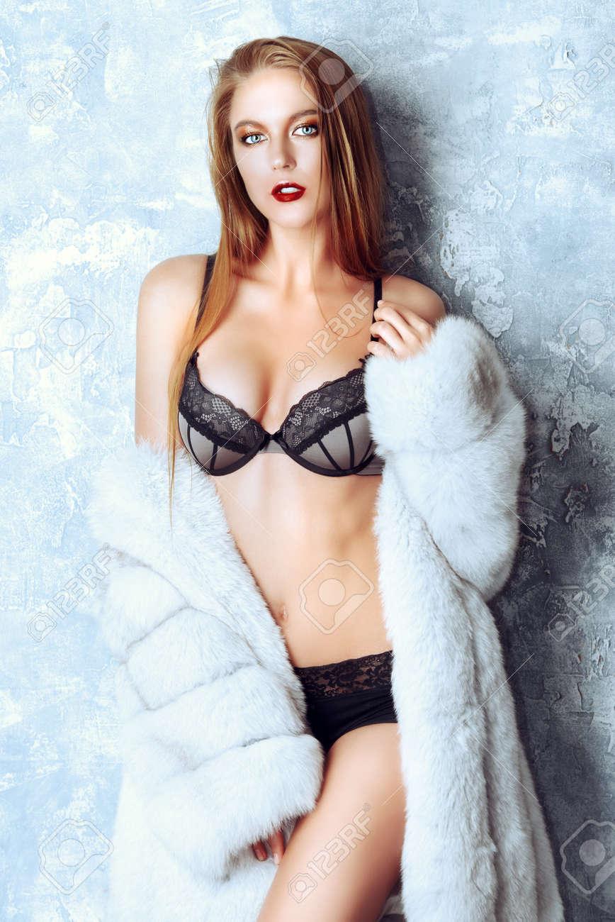 Banque d images - Superbe femme blonde posant en manteau de fourrure de  luxe et de lingerie en dentelle. Mode 2e92a1ab1c8