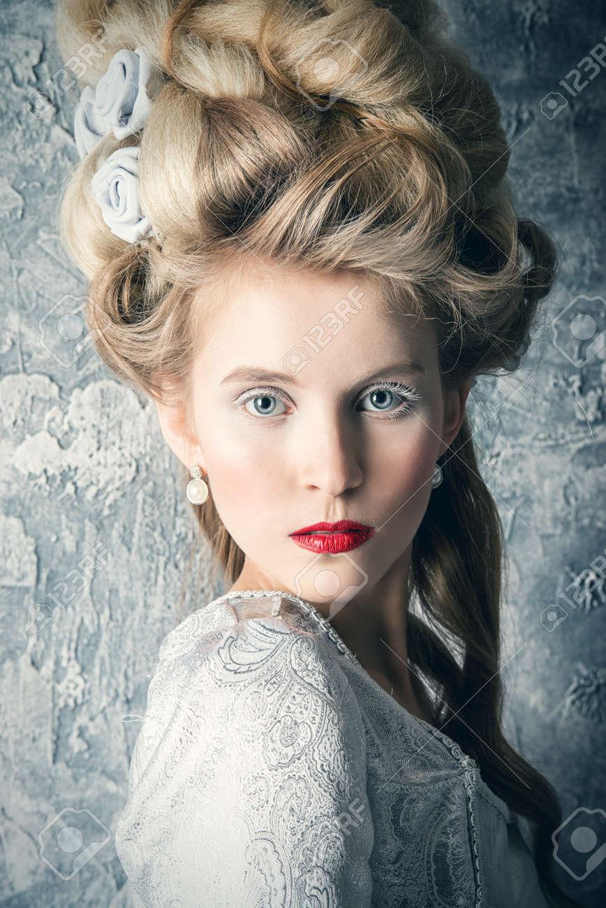 Fashion Porträt einer schönen Frau in einem luxuriösen mittelalterlichen  Kleid und hohe Frisur im Vintage-Stil. Barock und Renaissance-Stil.