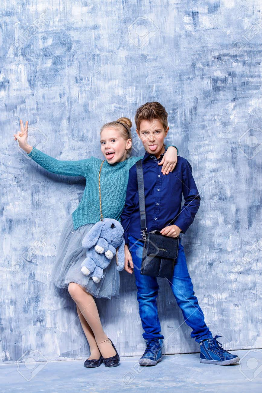 La Moda Infantil Dos Nios Modernos Posando Juntos En El Estudio