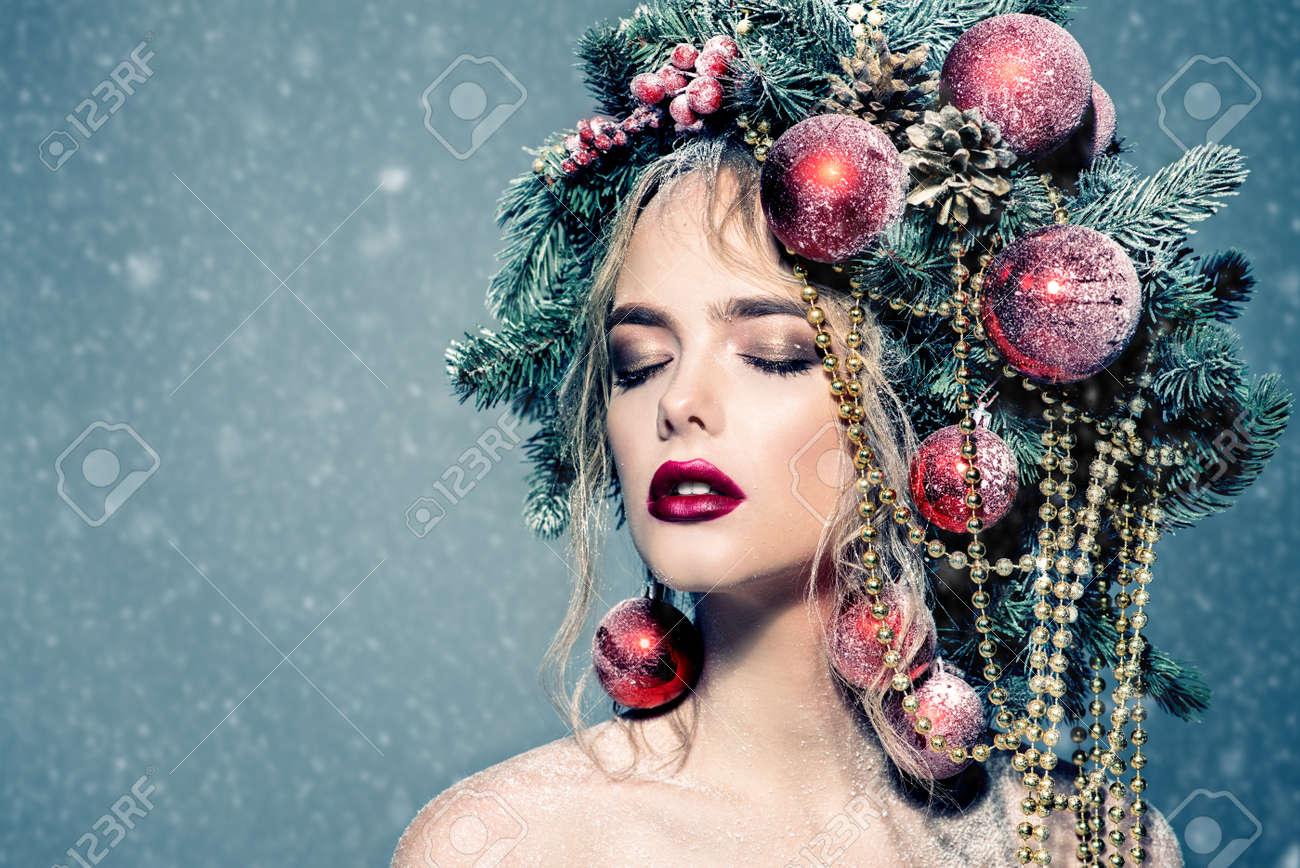 Portrat Einer Schonen Jungen Frau Mit Weihnachtsbaum In Der Frisur