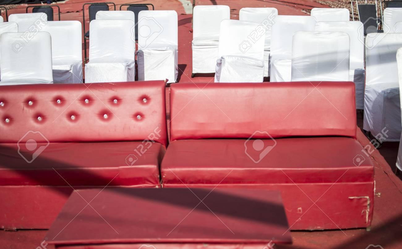 Rotes Sofa Und Weiße Stühle An Einem Ereignis Für Publikum Und Gäste