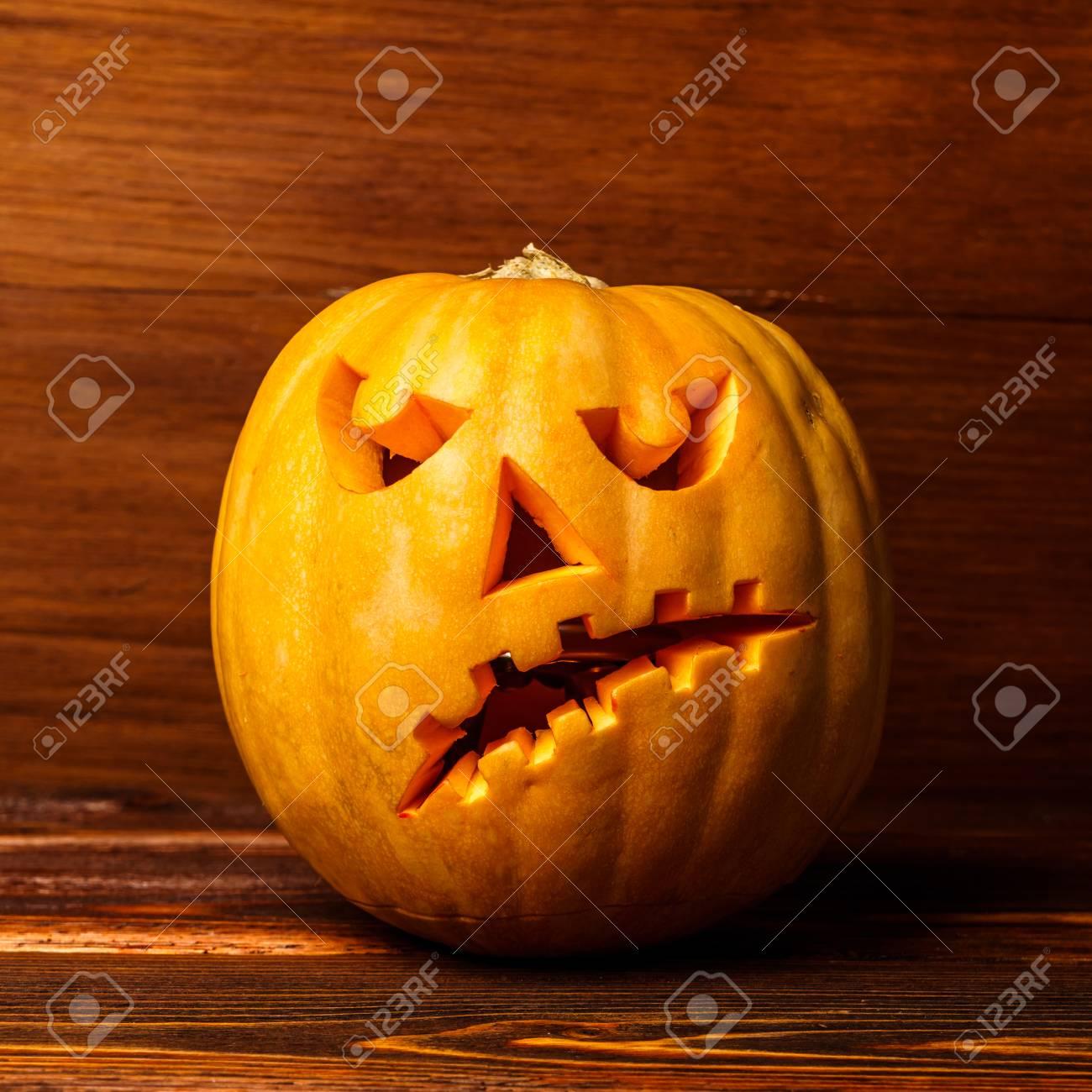 Pompoen En Halloween.Enge Die Halloween Pompoen Op Een Houten Achtergrond Wordt Geisoleerd Enge Gloeiend Gezichtstruc Of Treat Concept Halloween Pompoen Op Houten