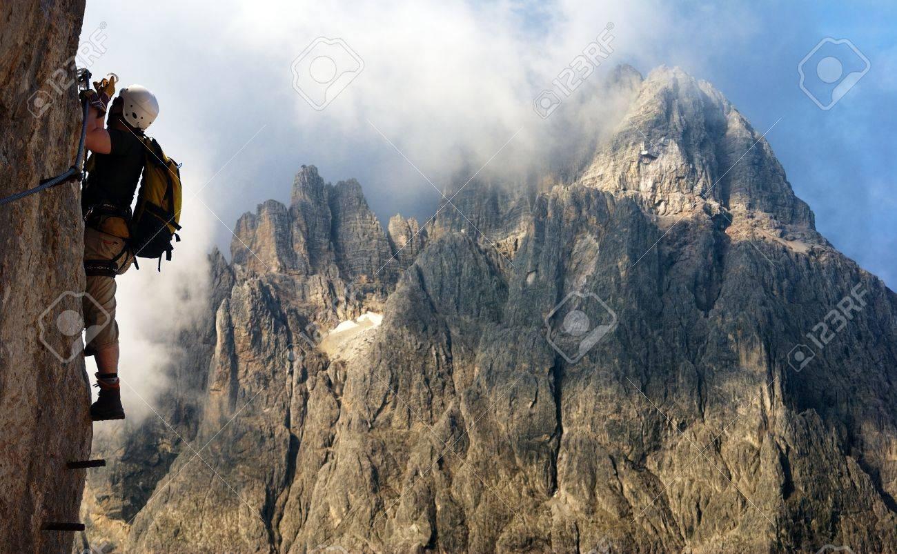 Klettersteigen Oostenrijk : Klimmer op via ferrata of klettersteig in italië oostenrijk