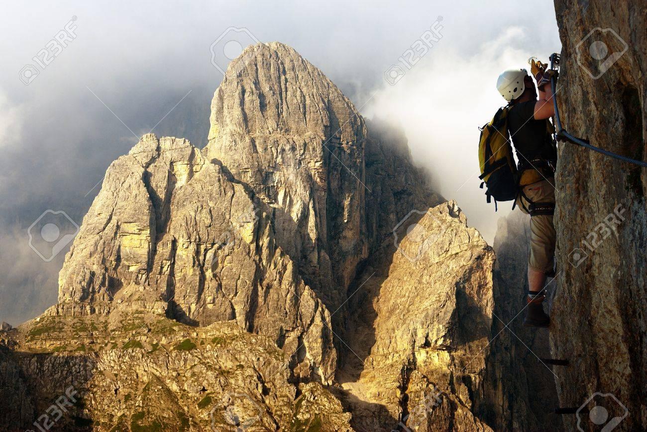 Klettersteig Italien : Bergsteiger auf klettersteigen oder klettersteig in italien