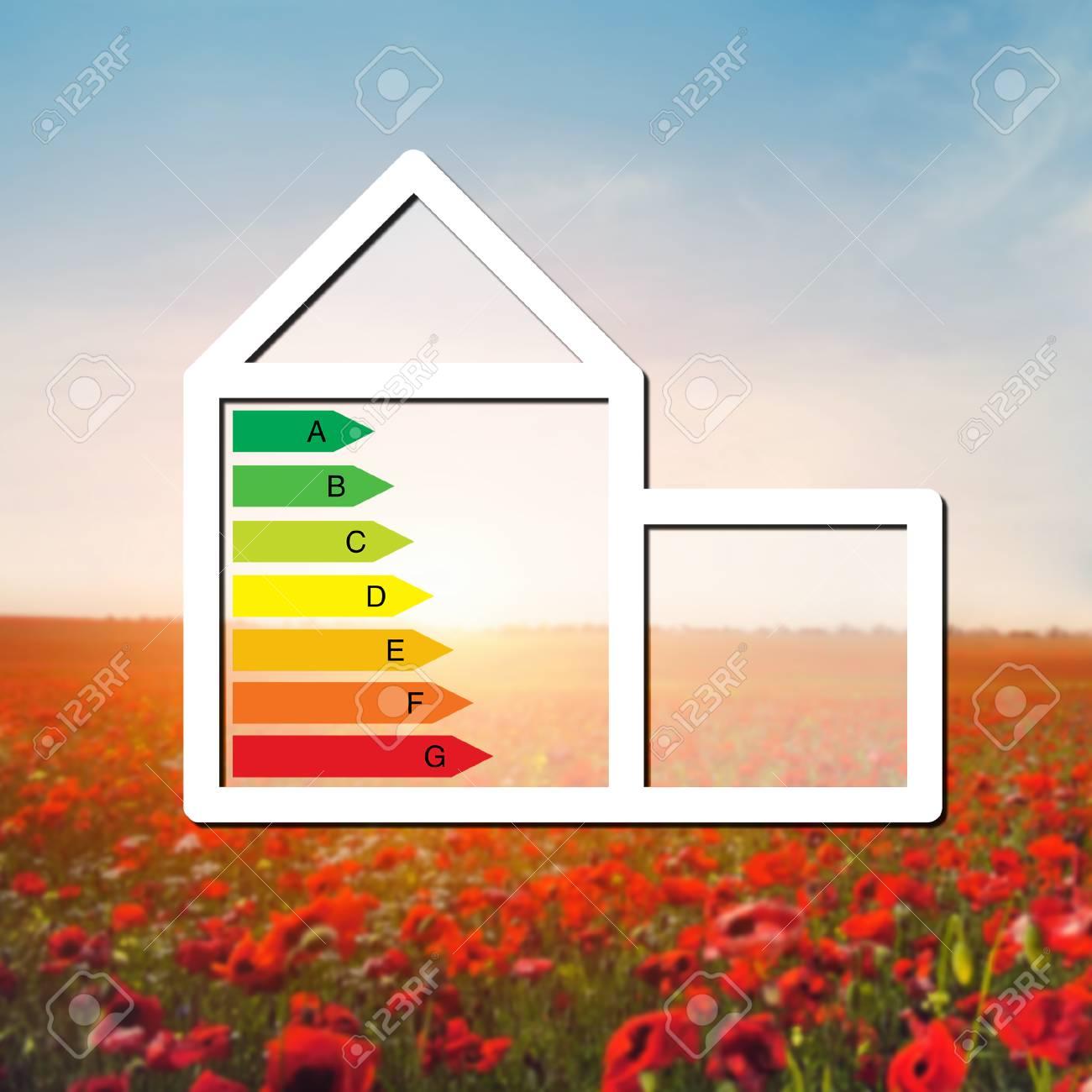 maison avec le signe de l'économie d'énergie sur un terrain de fond