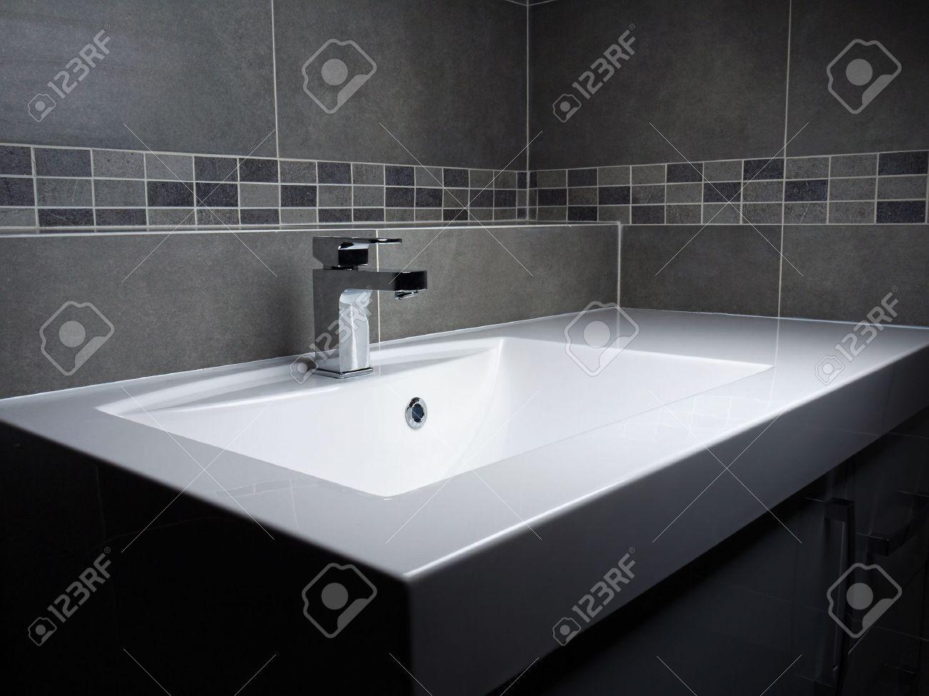 moderne badezimmer waschbecken mit verchromten wasserhahn und grau