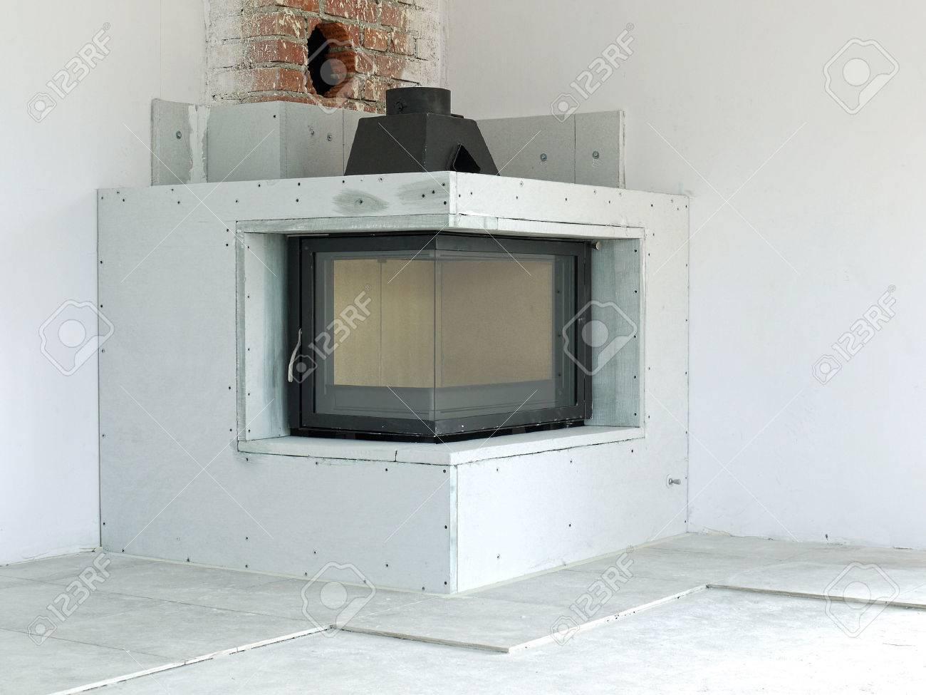 cheminée au feu de bois coin moderne en construction banque d'images