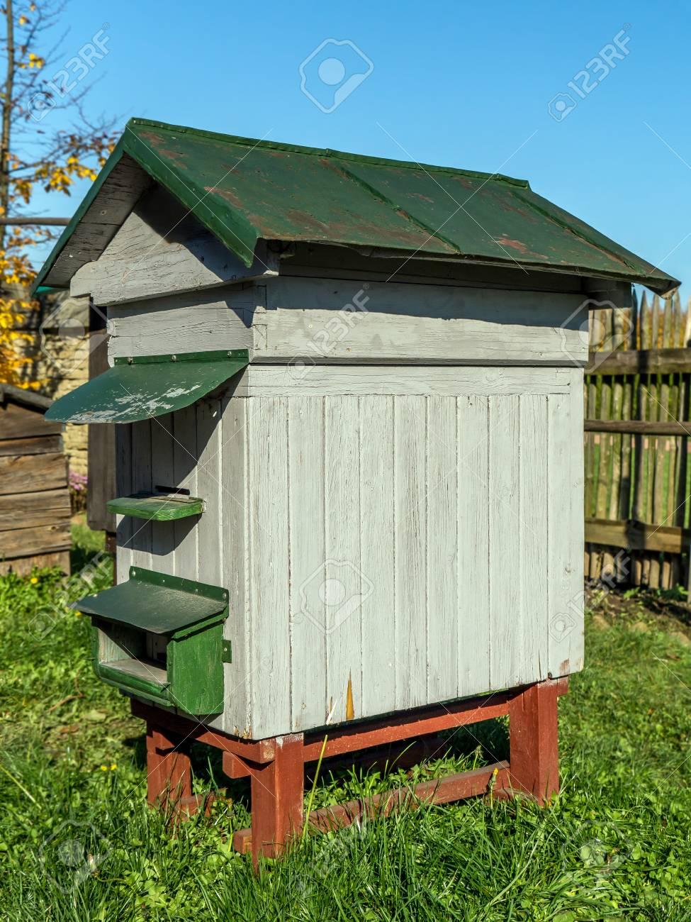 Alte Hölzerne Bienenstock Im Garten Lizenzfreie Fotos Bilder Und