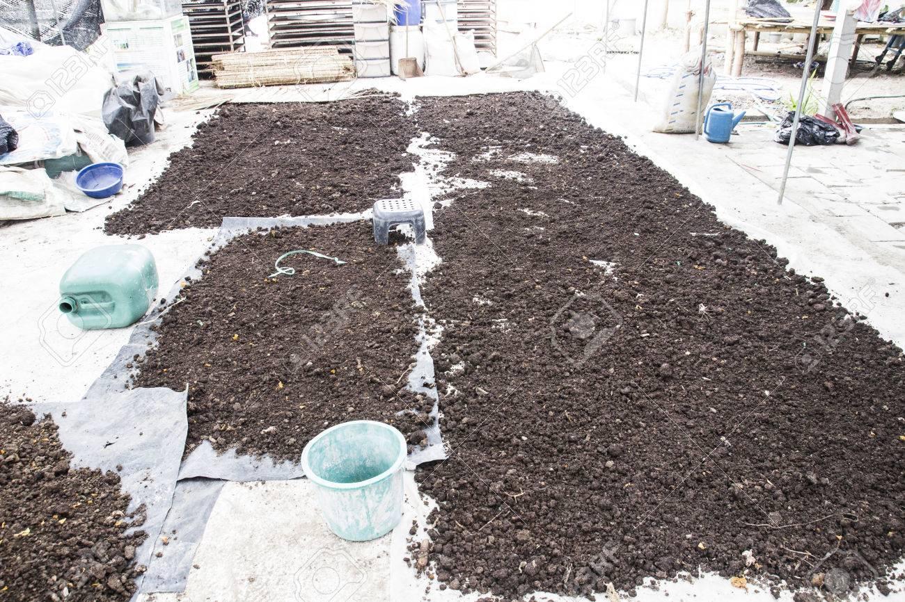 foto de archivo pila de de abono natural a base de excrementos de vaca