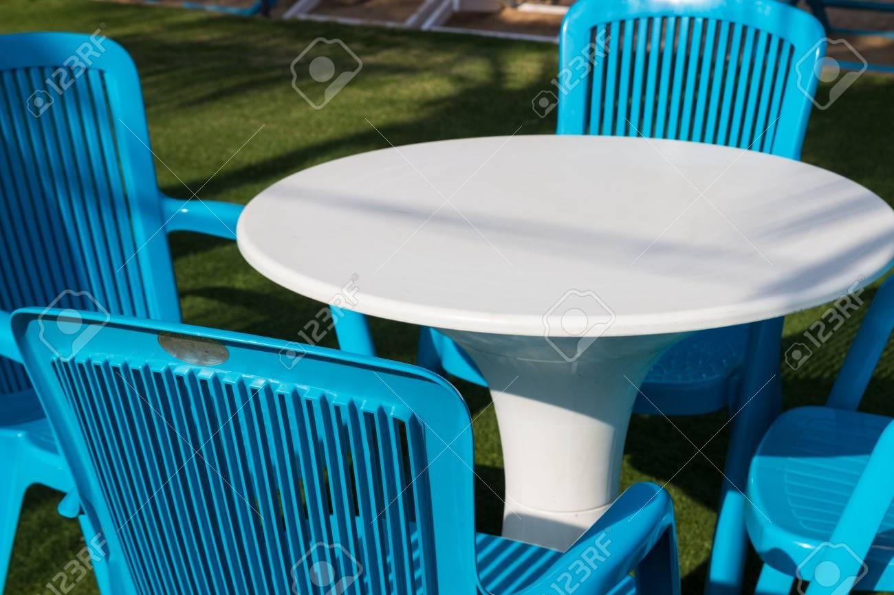 Blanc bureau en plastique bleu et chaise banque dimages et photos