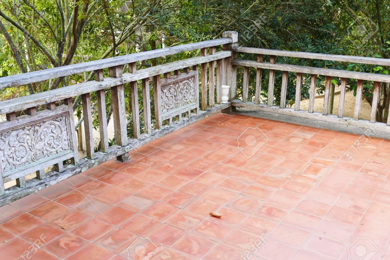 Antigua Barandilla De Madera De La Terraza Balcón