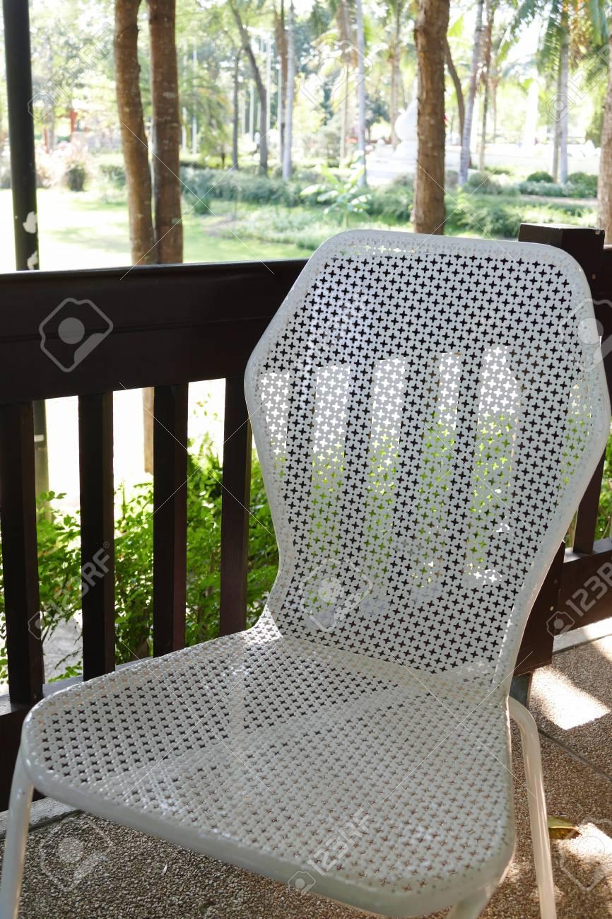 Métal Sur Le Jardin Blanche Côté En Balcon Chaise À Du qUMSzVp