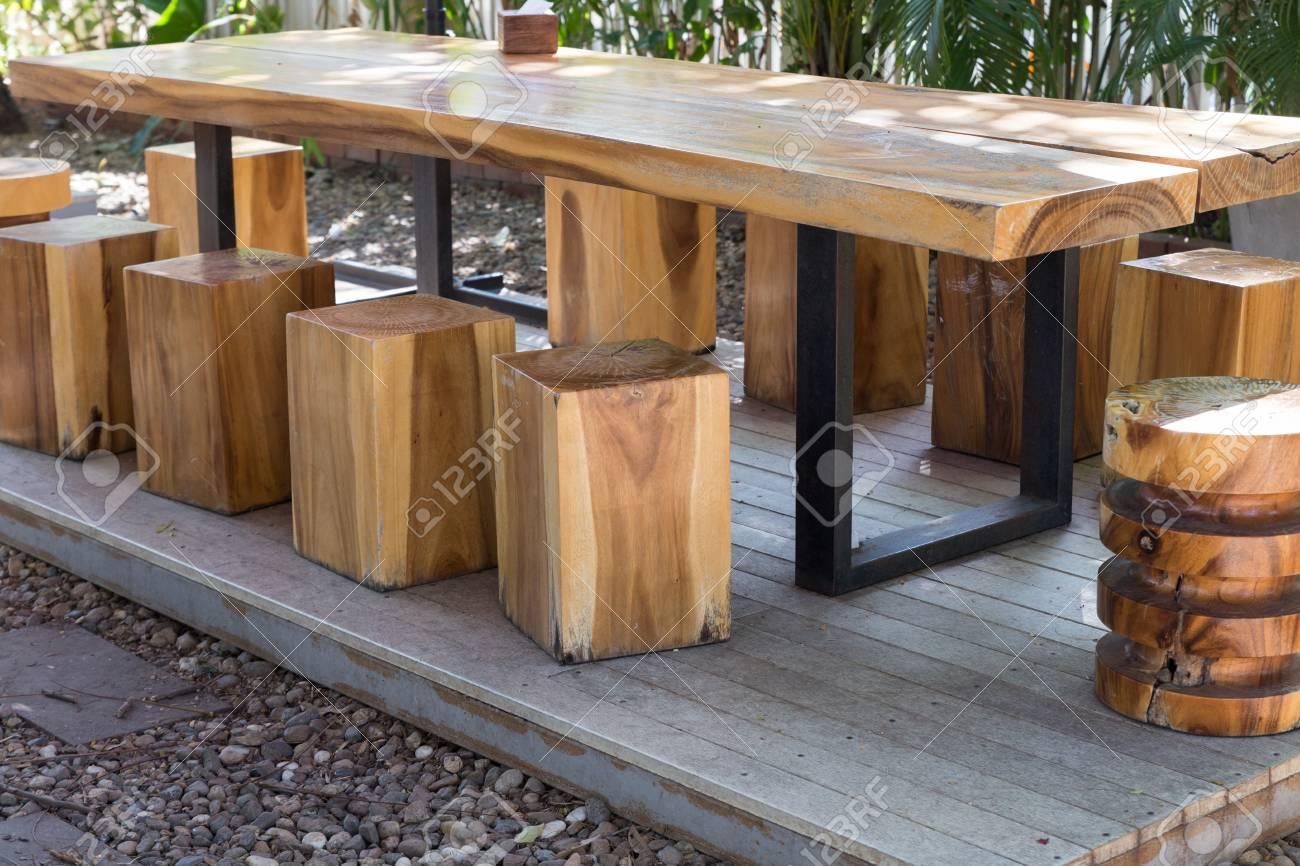 Sgabello Con Pallet : Tavolo in legno e sgabello su pallet in giardino foto royalty free