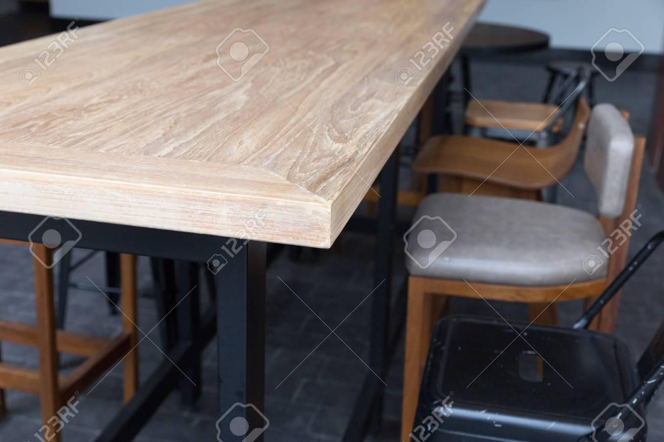 Tavolo in legno marrone con sgabello al cortile di palazzo foto