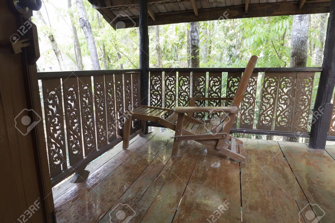 Silla De Cama De Madera En La Terraza Balcón De La Casa Tradicional De Tailandia
