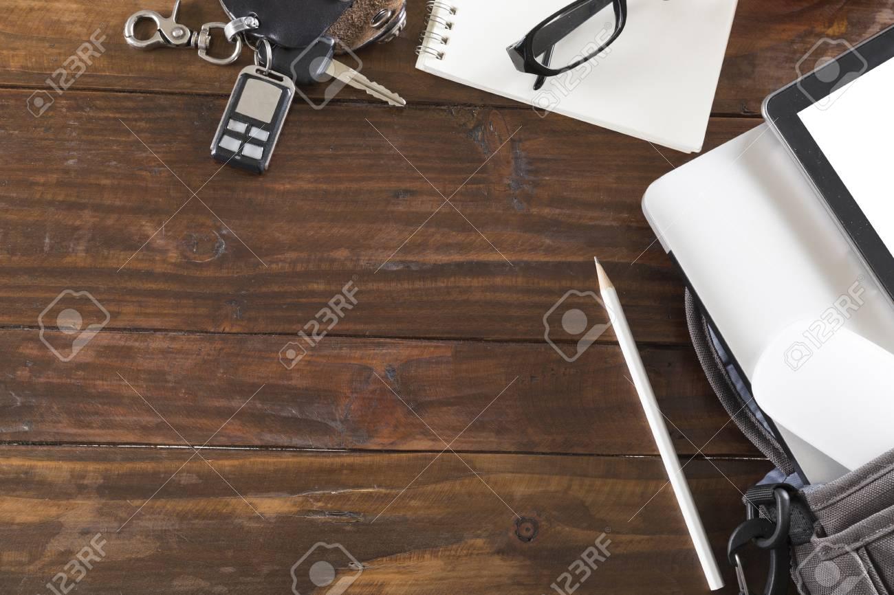 Clé de voiture ordinateur portable et tablette sur un bureau en