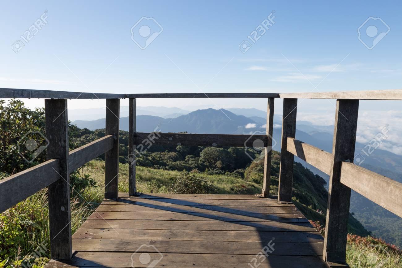 Balcón Terraza De Madera Con Vistas A La Montaña En La Mañana