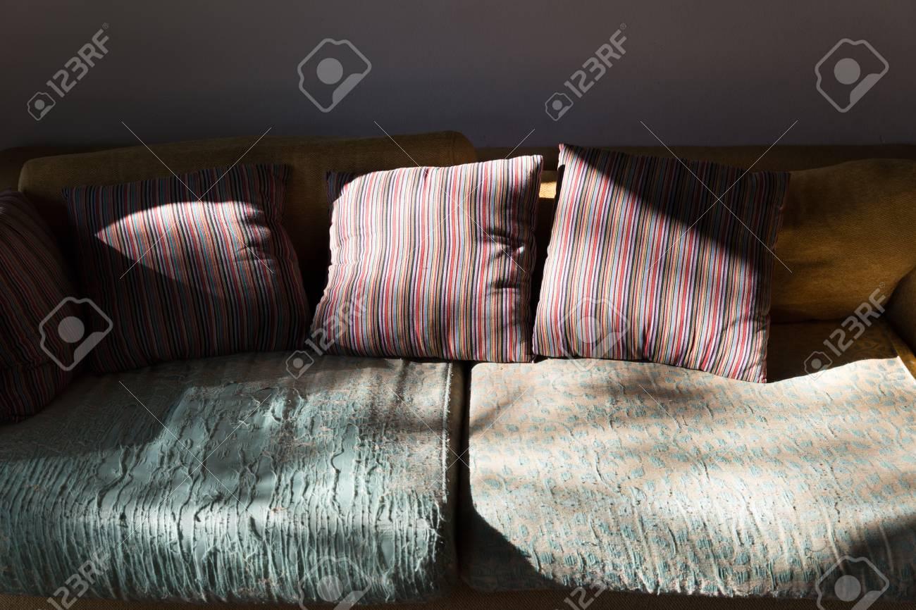 Sonnenlicht Auf Braun Grün Sofa Couch Im Wohnzimmer Lizenzfreie ...