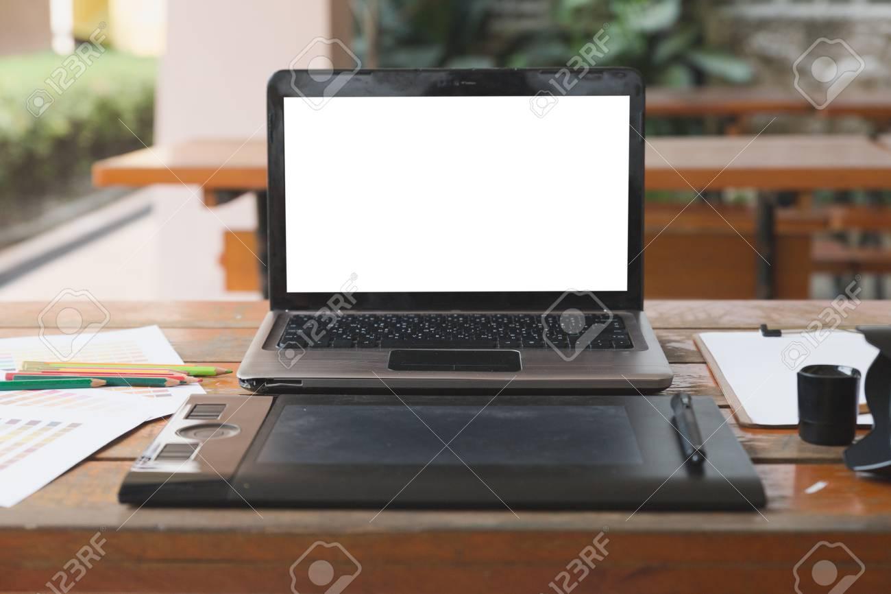 Bureau de graphiste artiste au travail tablette numérique
