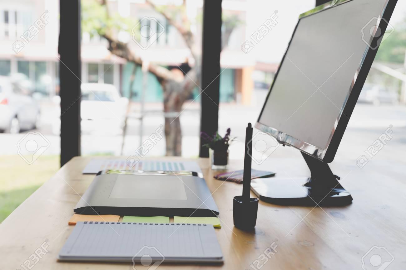 Bureau dartiste graphiste au travail tablette numérique écran d