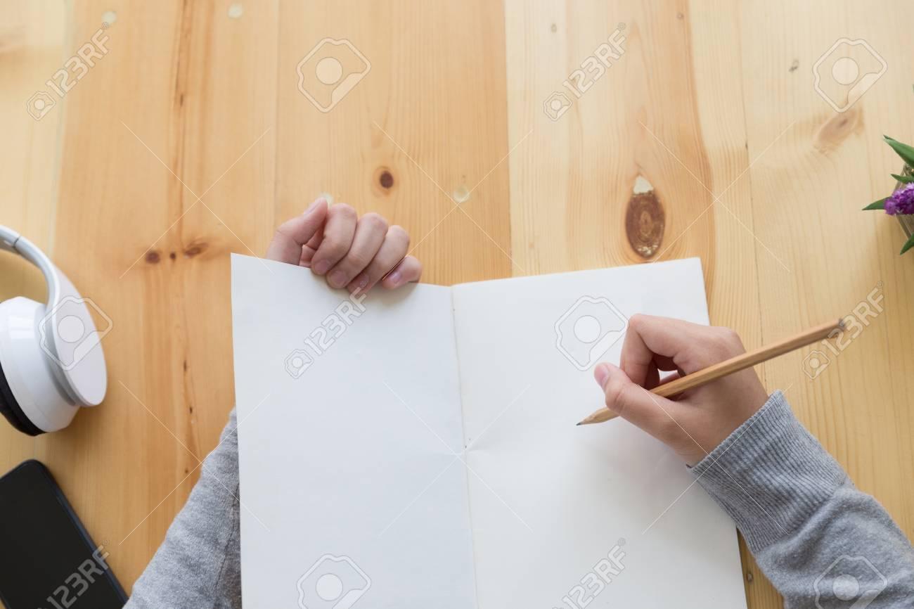 Jeune adolescent asiatique étudiant à l école note d écriture