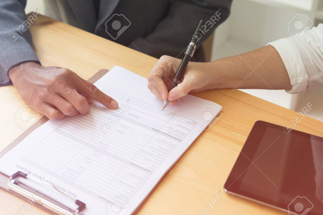 Mano De La Persona La Celebración De Escribir Bolígrafo En Blanco ...