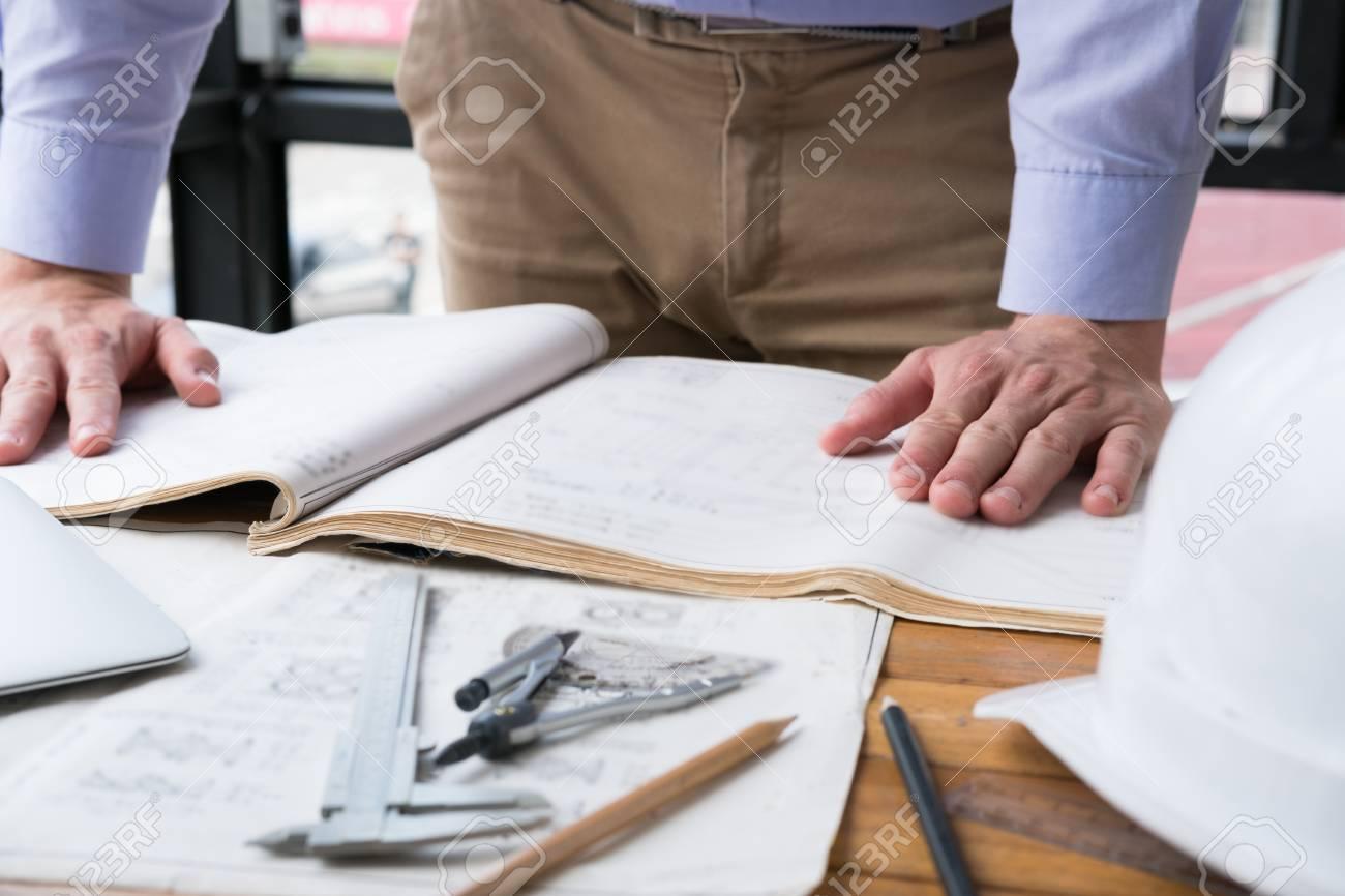 Bureau Le Plan : Architecte travaillant sur le plan de construction au bureau l