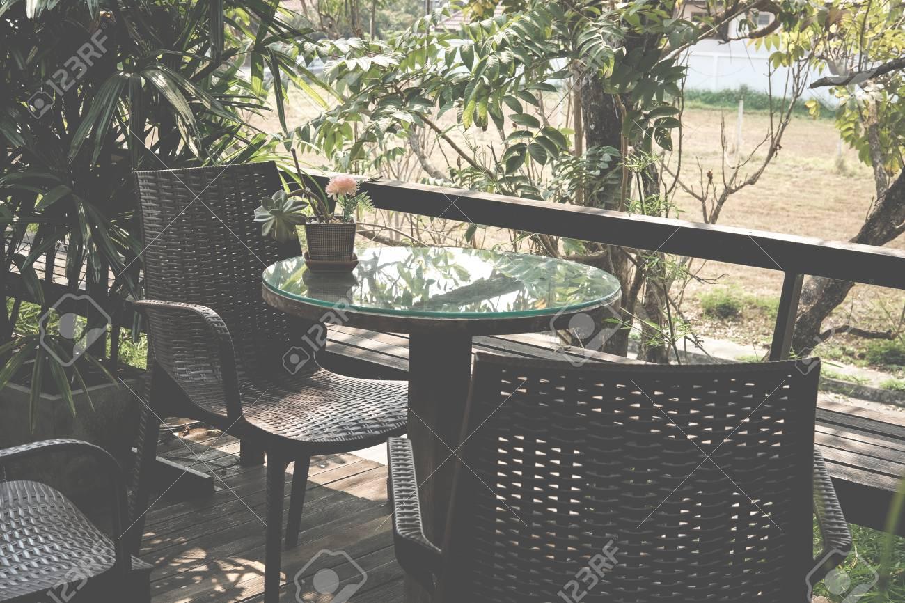 Table En Bois Ronde Sur La Terrasse De La Maison Patio Patio En