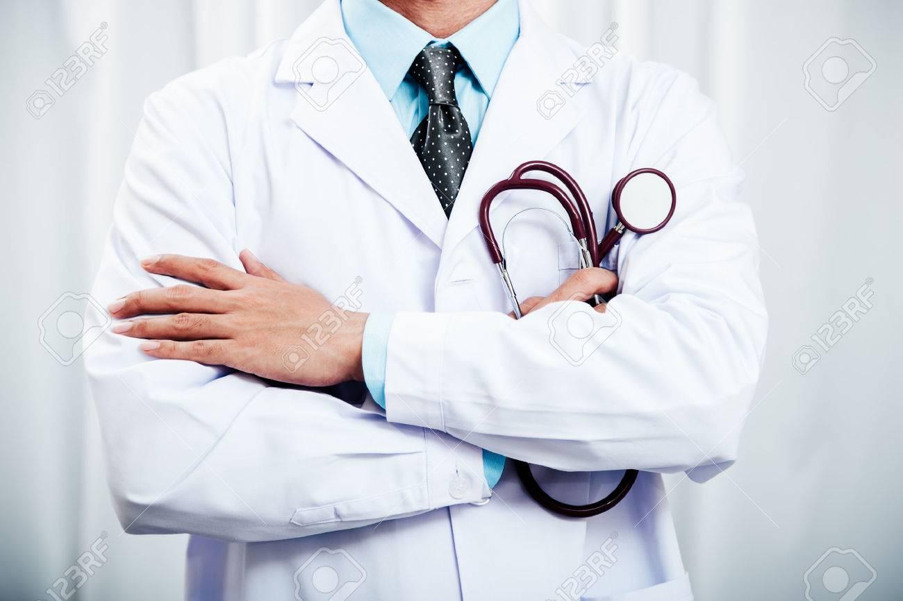 Resultado de imagem para médicos cruzando os braços