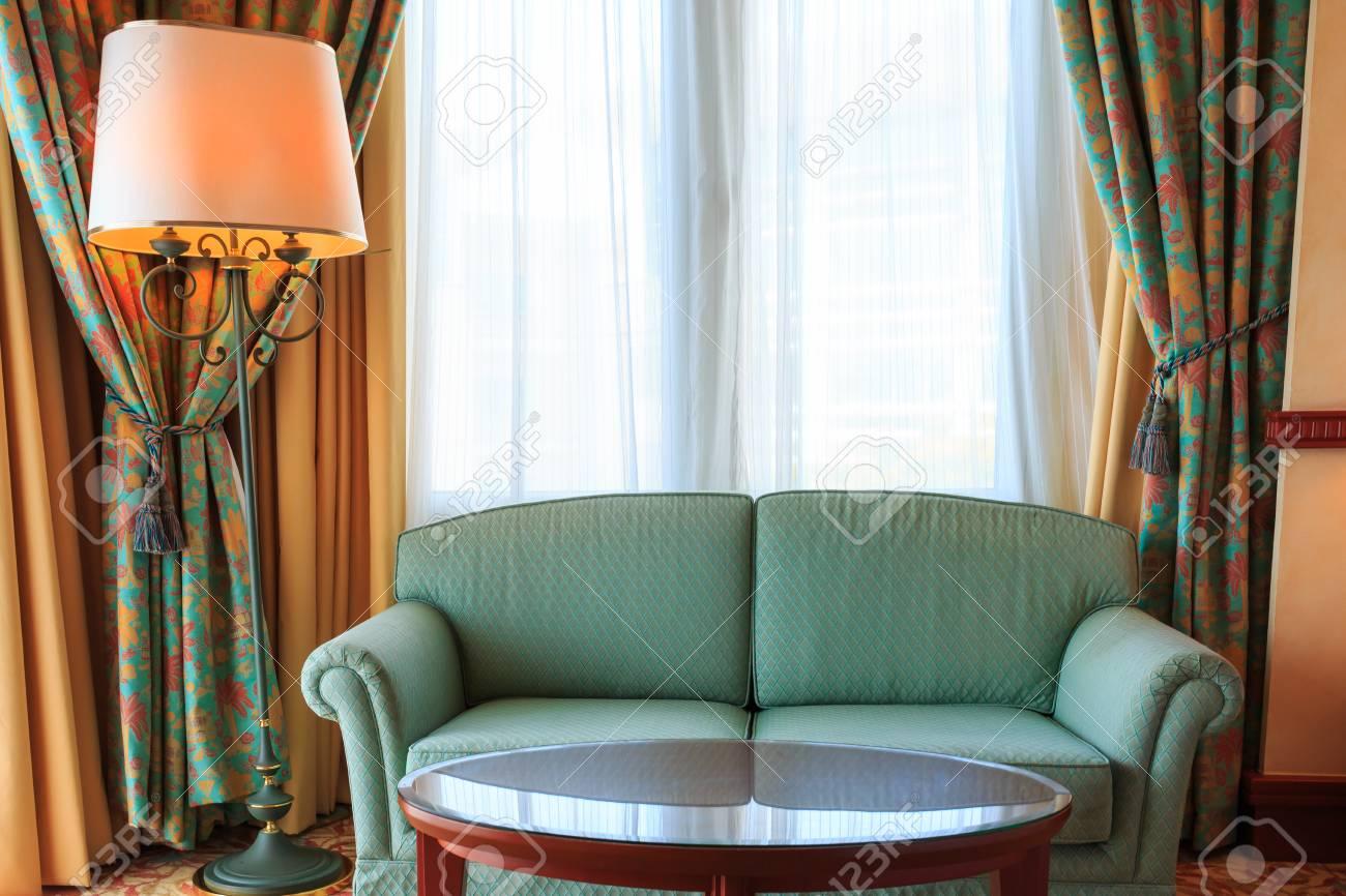 Innenansicht Der Vintage-Wohnzimmer Mit Sofa Und Lampe Grün ...